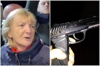 """La donna del citofono di Salvini? Chiama la pistola """"amica Mafalda"""" e posta le sue foto su Facebook"""