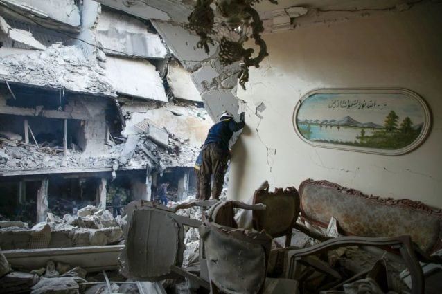 I devastanti effetti del bombardamento su Ariha, nella provincia nord–occidentale di Idlib (Gettyimages)