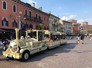 Verona. Dimentica di tirare il freno a mano, trenino dei turisti contro una vetrina: 3 feriti