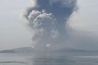 """Filippine, erutta vulcano Taal: rischio tsunami. La Farnesina: """"Evitate gli spostamenti"""""""