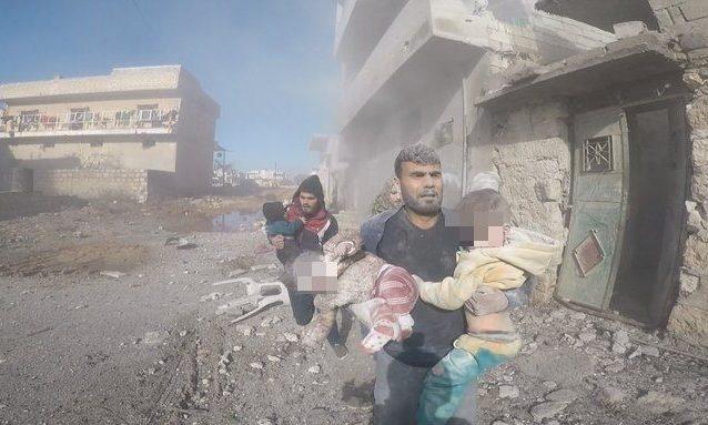 Alcuni bambini soccorsi dopo il raid aereo su Sarmin, nella provincia siriana di Idlib (White Helmets)