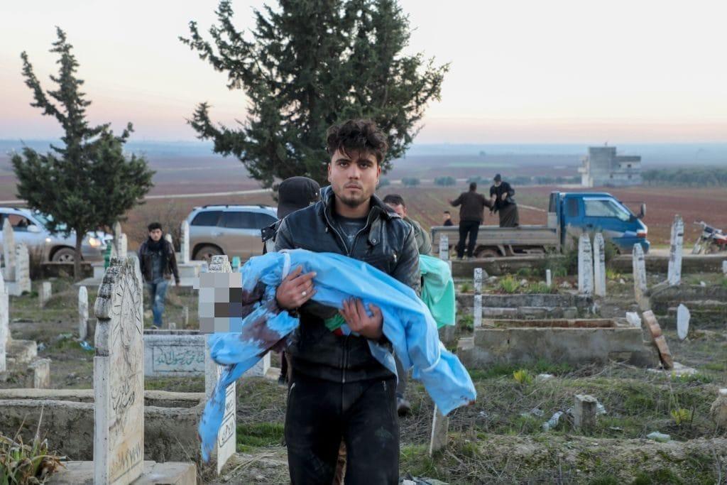 Il funerale di uno dei bambini uccisi sabato 11 gennaio a Binnish, nel nord–ovest della Siria (Gettyimages)
