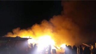 Manfredonia, incendio nel ghetto dei migranti: gravemente ustionata una donna