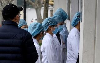 Coronavirus, bilancio vittime sale a 1483, primo caso in Africa. Niccolò torna in Italia