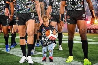 Rugby, il bimbo bullizzato per nanismo scende in campo mano nella mano con i suoi campioni