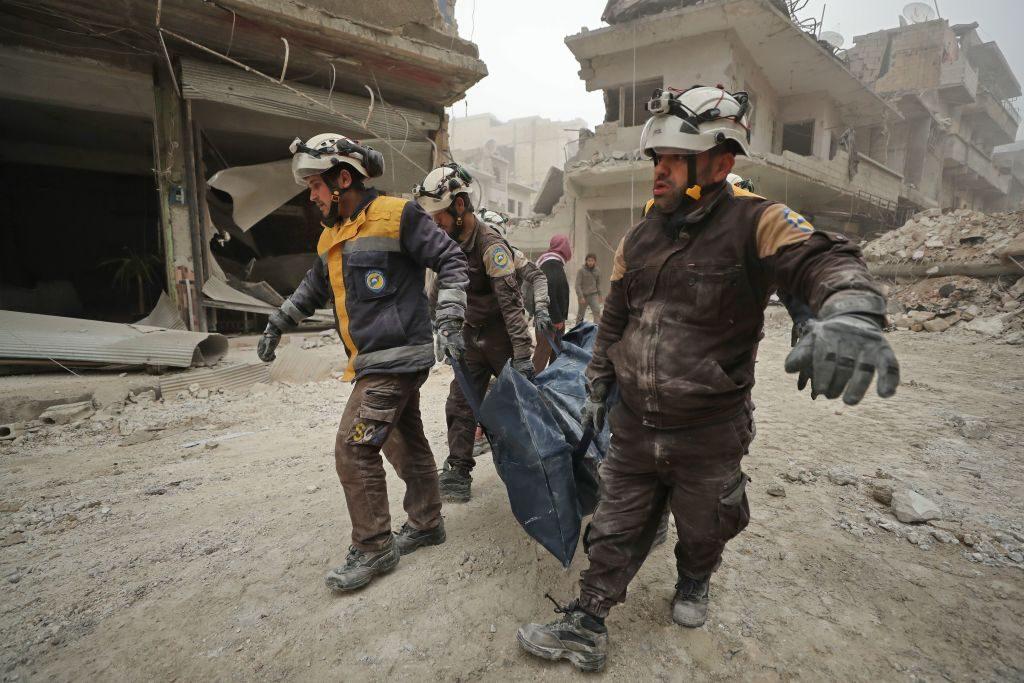 Una vittima del raid aereo su Ariha avvenuto il 5 febbraio (Gettyimages)