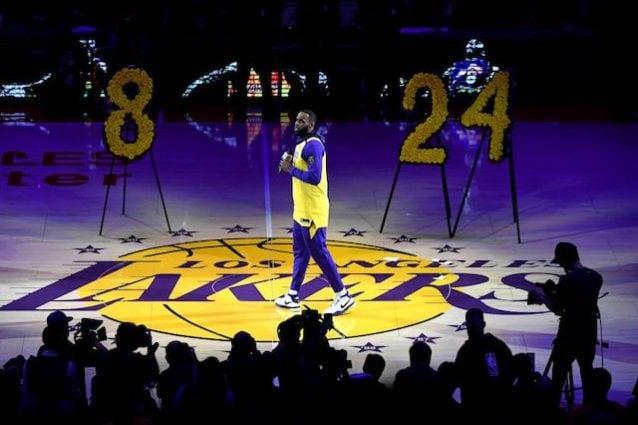 Los Angeles ricorda Kobe Bryant: un'invasione di maglie numero 24
