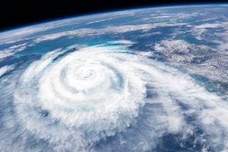 Previsioni meteo 17 febbraio: tempesta Dennis semina morte e distruzione sul nord Europa