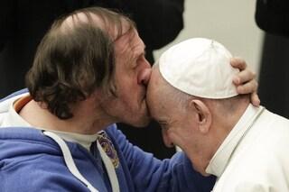 Un bacio in fronte a Papa Francesco, la foto più bella dell'udienza generale del mercoledì