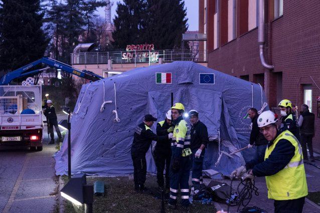 Una tenda allestita all'esterno di un ospedale per l'emergenza Coronavirus