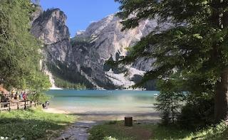 Il Lago di Braies invaso da visitatori, il piano per fermare l'arrivo dei turisti mordi e fuggi