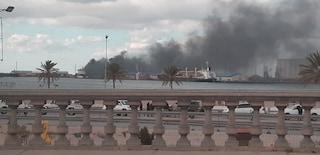 Libia: Haftar bombarda il porto, nel video i razzi a pochi metri dalle auto in coda