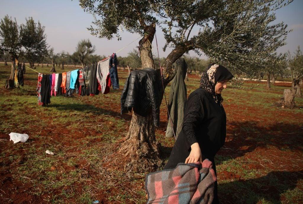 Migliaia di sfollati siriani stanno vivendo nelle campagne vicine al confine con la Turchia (Gettyimages)