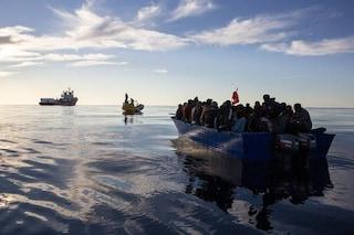 """Migranti, Ocean Viking ne salva 84. Alarm Phone: """"Malta ha soccorso le 97 persone in pericolo"""""""