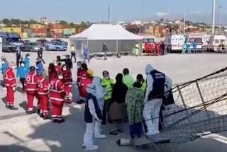Migranti, i 363 della Open Arms sbarcano a Pozzallo: avviati controlli per il Coronavirus