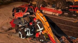 Statale del Sempione, camion sfonda muretto e precipita per dieci metri: morto l'autista