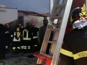 I vigili del fuoco al lavoro a Nizza di Sicilia