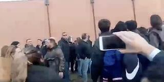 Foibe, scontri all'università di Torino: devastata aula Borsellino e auto polizia, 3 agenti feriti