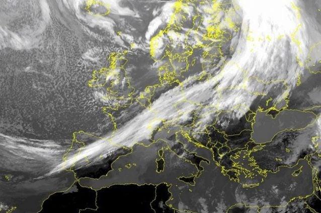 L'imponente fronte legato al ciclone Dennis attraversa tutta l'Europa, dalla dalla Russia al Portogallo e domani transiterà su di noi