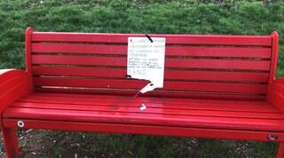"""Firenze, rubata e poi restituita la panchina rossa: """"Non sapevamo fosse contro il femminicidio"""""""