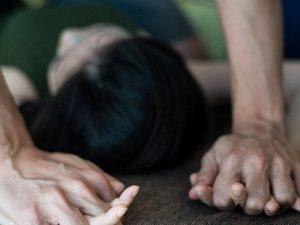 Abusata dal fisioterapista, 14enne lo denuncia dopo aver visto la serie tv su Jeffrey Epstein