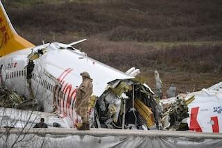 Aereo esce di pista a Istanbul e si spezza, sale il bilancio delle vittime: 3 morti