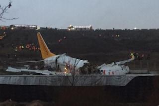 Istanbul, aereo esce di pista durante l'atterraggio e si spezza in tre: un morto e 157 feriti