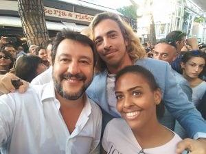 Il consigliere leghista di Rimini, Carlo Grotti, insieme alla moglie e Matteo Salvini. Fonte: Facebook