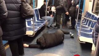 """""""Ha il coronavirus, scappate"""", scherzo in metro scatena il caos: arrestati 3 giovani in Russia"""