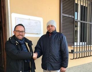 """Immigrato trova portafogli con soldi e lo consegna ai carabinieri, sindaco: """"Dategli lavoro"""""""
