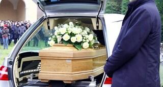 """Donna morta di Covid sepolta senza avvisare la famiglia. Le pompe funebri: """"Siamo stremati"""""""