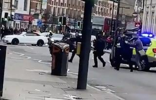 """Londra, uomo accoltella delle persone, ucciso dalla polizia: """"Terrorismo islamico"""""""