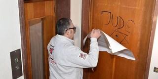 Svastiche e scritte razziste sulle porte di casa: il peggio di questo Paese
