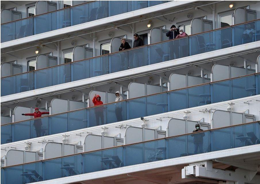 I passeggeri a bordo Diamond Princess dovranno rimanere isolati fino al 19 febbraio. I casi di contagio sono 135 (Singapore Cruise Society)