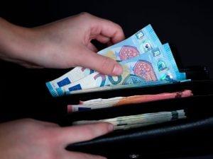 Una mendicante trova un portafoglio con 7mila euro e lo restituisce ai carabinieri