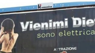 """""""Vienimi dietro, sono elettrica"""": polemiche a Ragusa per la pubblicità sessista, ira del sindaco"""