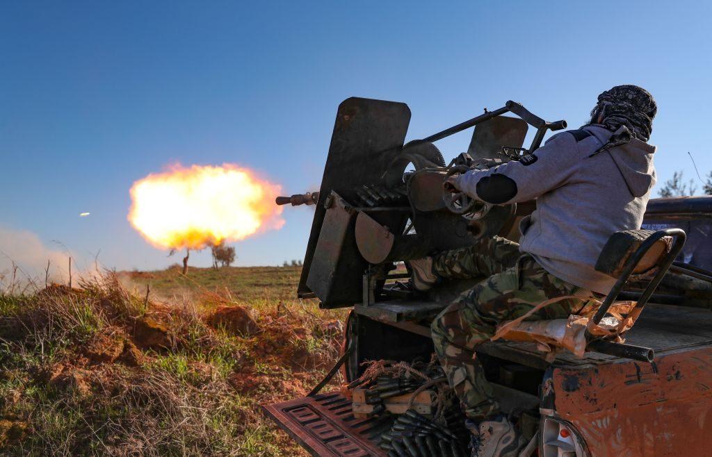 Un miliziano ribelle apre il fuoco contro postazioni dell'esercito siriano a Saraqib, nella provincia di Idlib (Gettyimages)