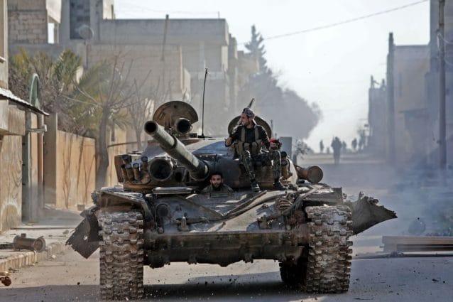Un carro armato condotto dai ribelli anti–Assad nella città di Saraqib (Gettyimages)