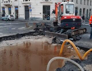 Ancona, si rompe conduttura, voragine in centro: mezza città senz'acqua, traffico in tilt
