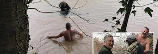 Regno Unito, 12 ore aggrappata al tetto dell'auto durante inondazione: 62enne salvata da 3 passanti