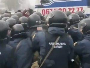Scontri tra la polizia e la folla in Ucraina