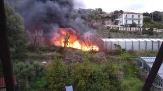Camion in fiamme sulla A10 verso Genova. Case evacuate, udite esplosioni