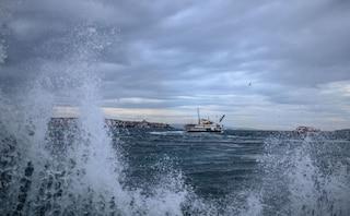 Maltempo Bari, forte vento e mare in tempesta: bloccati al largo tre traghetti e 524 passeggeri