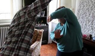 La madre non accende il wifi: la figlia l'aggredisce a colpi di cellulare, arrestata
