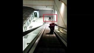 Vergogna a Torino, l'ascensore della metro è rotto. Papà porta in braccio la figlia disabile