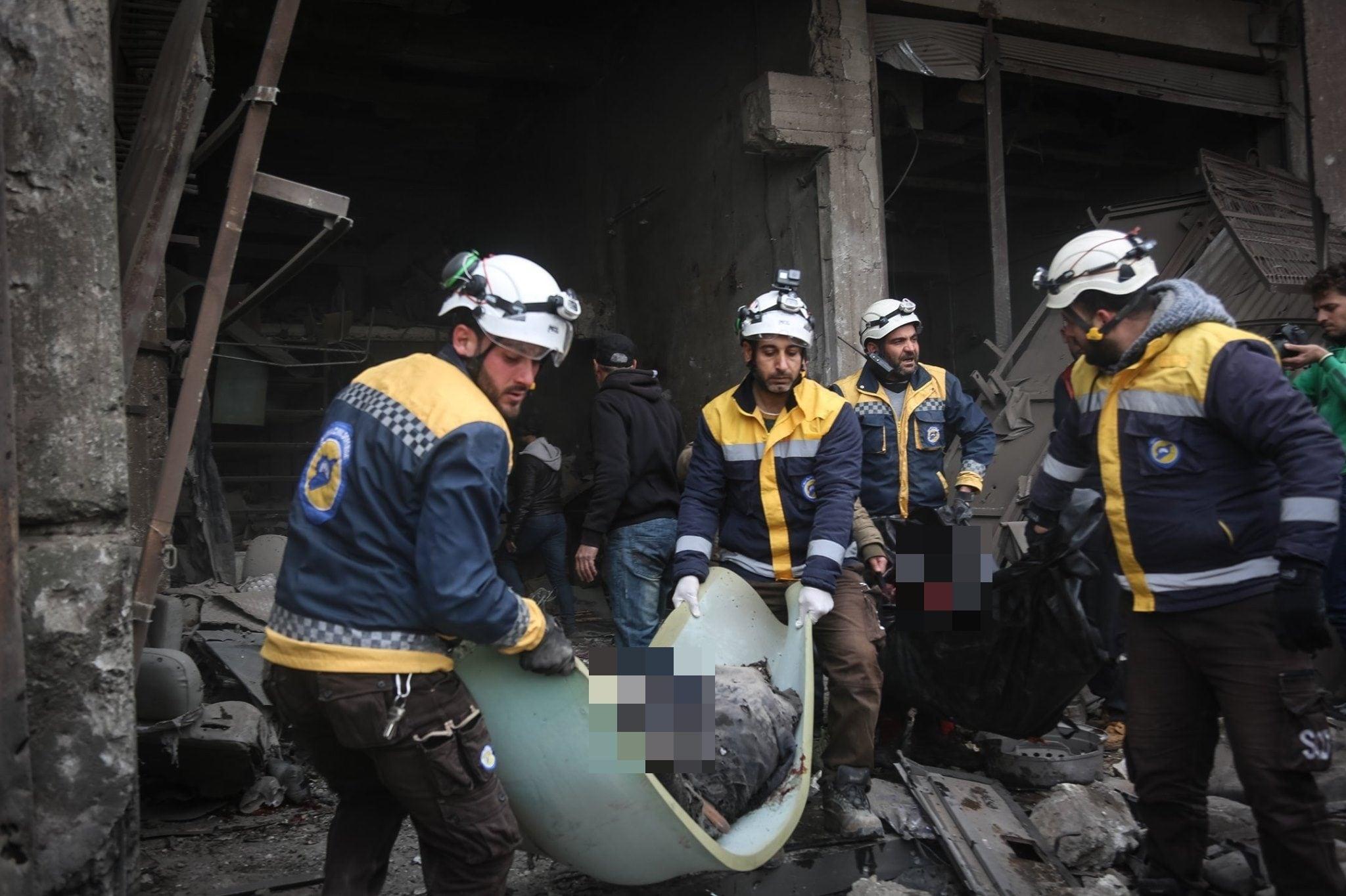 Alcune delle vittime del bombardamento sulla zona industriale di Idlib avvenuto l'11 febbraio (White Helmets)