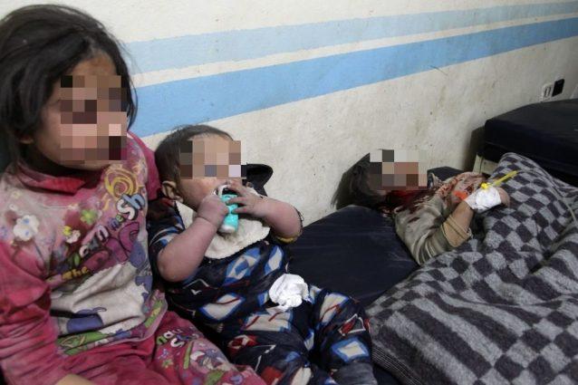 Tre bambini feriti nell'ultimo bombardamento ad Idlib, nel nord–ovest della Siria (Gettyimages)