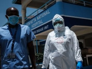 Medici dell'unità per le malattie infettive del Kenyatta National Hospital di Nairobi, Kenya (Gettyimages)