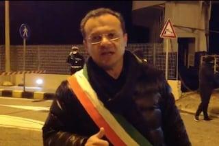"""Coronavirus, a Messina il sindaco Cateno De Luca """"accoglie"""" il traghetto: """"Vi hanno controllato?"""""""