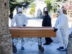 Una bara in arrivo al cimitero di Bergamo